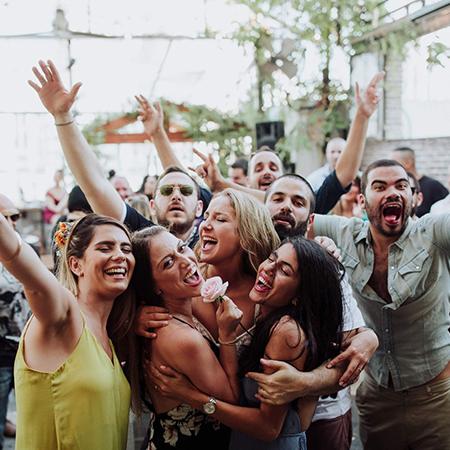 חבורה של צעירים שמחים וצוהלים מביטים למצלמה באירוע בסורה מרה - a group of youngsters cheering and happy at a Suramara event