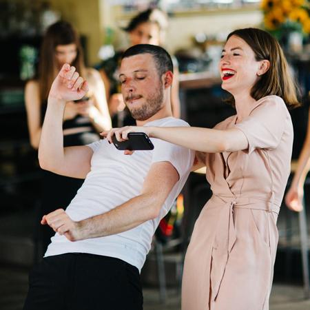 זוג רוקד באירוע בסורה מרה -a couple dancing at an event at the Suramara