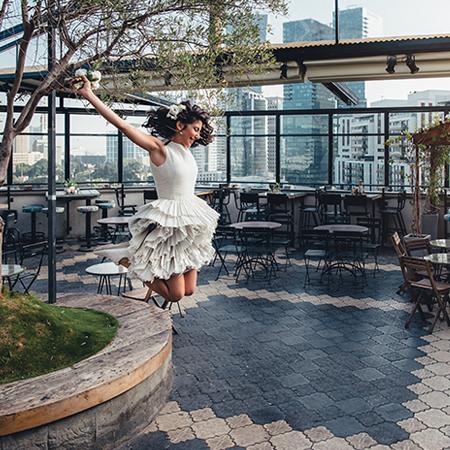 כלה קופצת ברחבה בחוץ בסורה מרה - A bride jumping at the suramara balcony area