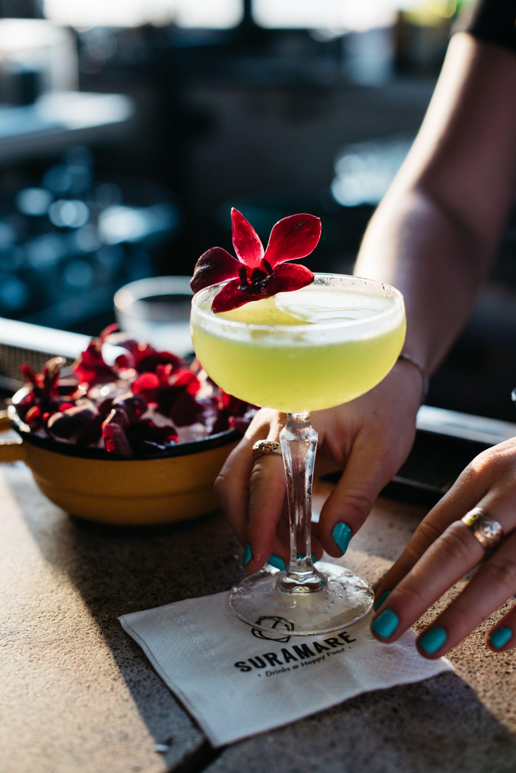 Woman's hand holding a cocktail - יד נשית מחזיקה קוקטייל