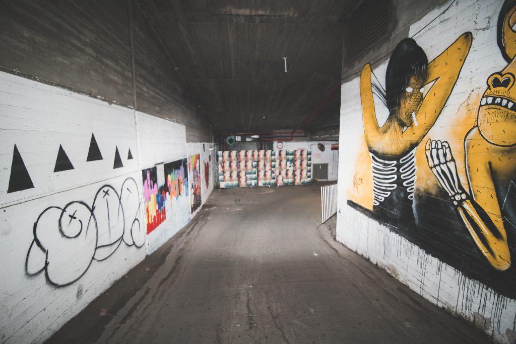ציורי קיר בחניה של סורה מרה - Wall art paintings at the parking lot at Suramara