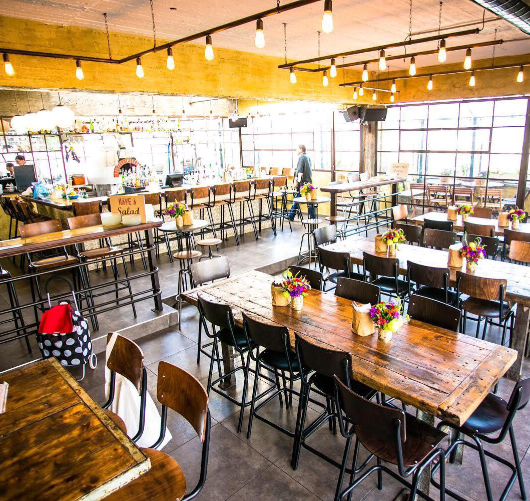 חלל פנימי באמצא יום עם שולחנות והבר ריקים - Spacious indoor at daylight with tables and bar