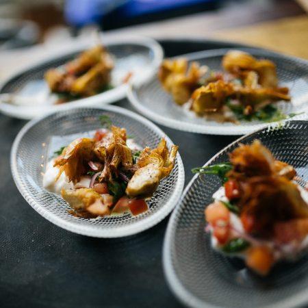 צלחות קטנות של אוכל על מגש - Small plates of food on a tray