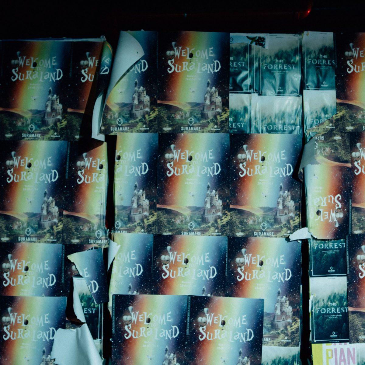 פוסטרים מודבקים על הקיר בסורה מרה - Poster hanging on the wall at Suramara