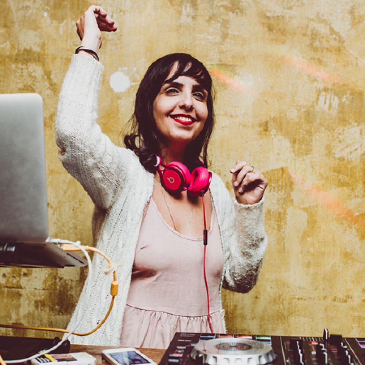 די ג׳יי בחורה מתקלטת מחייכת ל - DJ woman smiling