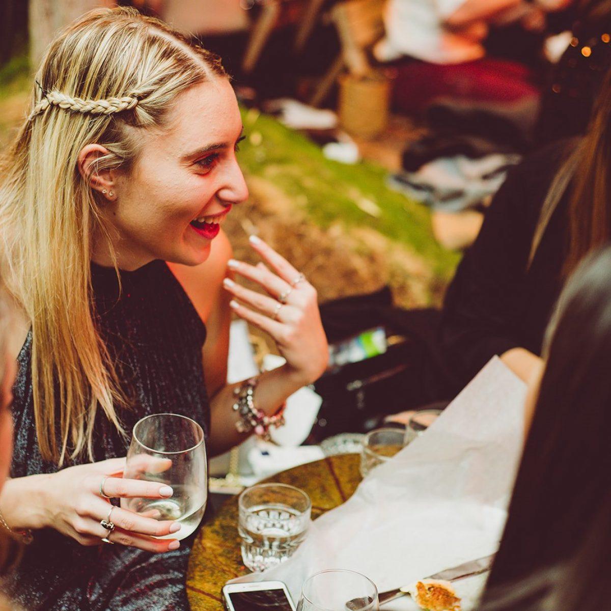 בחורה בבר עם מקשה מחוייכת - A girl with a drink all happy at the bar
