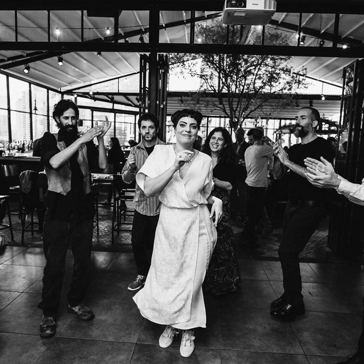 כלה רוקדת ברחבת הריקודים בחתונה בסורה מרה - a bride is dancing on the dance floor at her wedding at the Suramara
