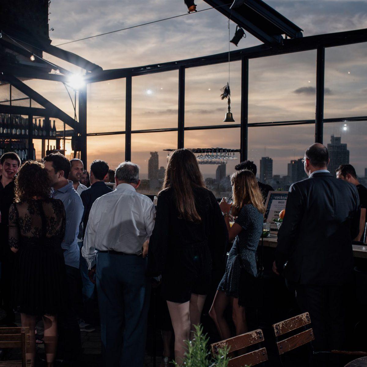 אנשים באירוע בר מצווה בלילה בסורה מרה - People at a night bar mitzva event at Suramara