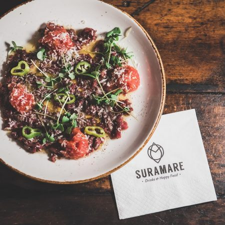 צילום מלמעלה של צלחת עם אוכל ומפית מתחת - Topshot of a plate with food and a napkin under plate