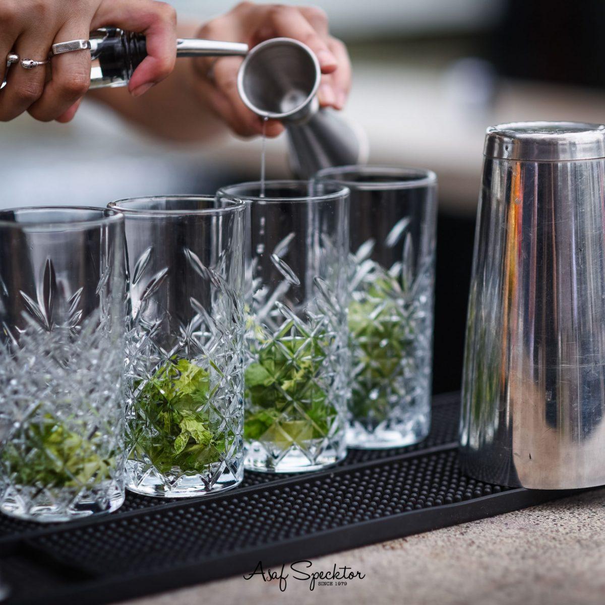 בר סורה מרה, ברמנית מוזג שתיה - Suramara BAR a barlady is pouring a drink