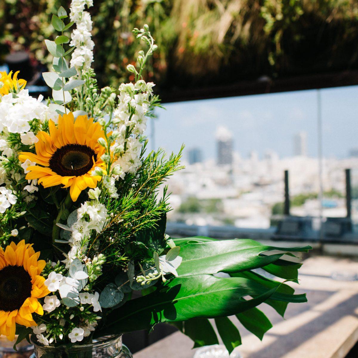 זר פרחים מעוצב עם חמניות על הבר -Flower arangemet with Sunflowers on the bar