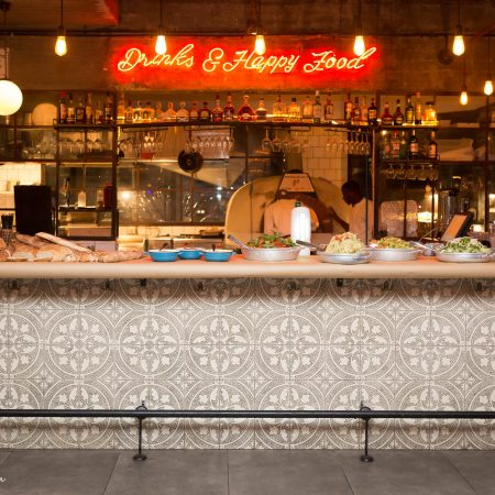 בר סורה מארה פנימי עם מנות על הדלפק - Sura mara's indoor bar with dishes on the bar top