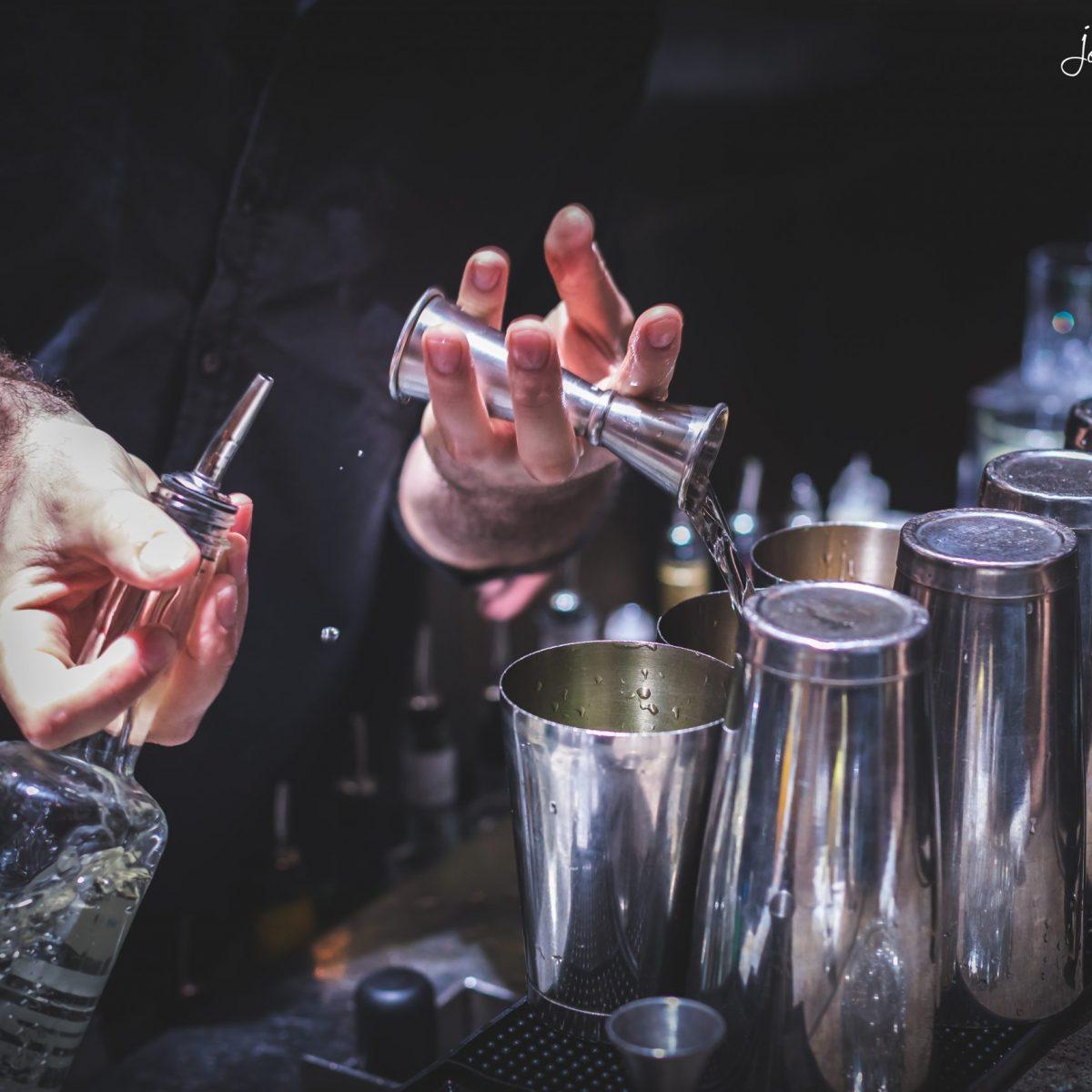ברמן מוזג משקה בבר בסורה מרה - barman is pouring a drink at bar at Suramara
