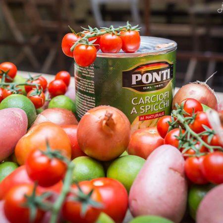 ירקות ליד קופסת שימורים - veggies next to a can of food