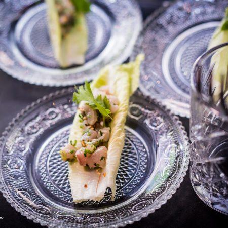 צלחות עם עלים של חסה ממולאים -plates with stuffed lettuce leaves