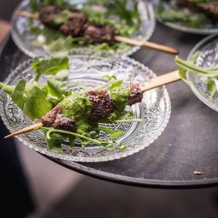 צלחות קטנות עם בשר על שיפוד - Small plates with meat on a stick