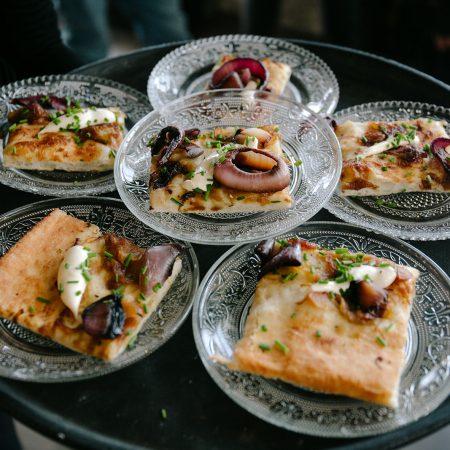 צלחות אוכל קטנות על מגש-Little dishes on a tray